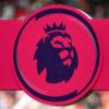Logo da Premier League em fundo rosa, com o logo da EA Sports dos dois lados