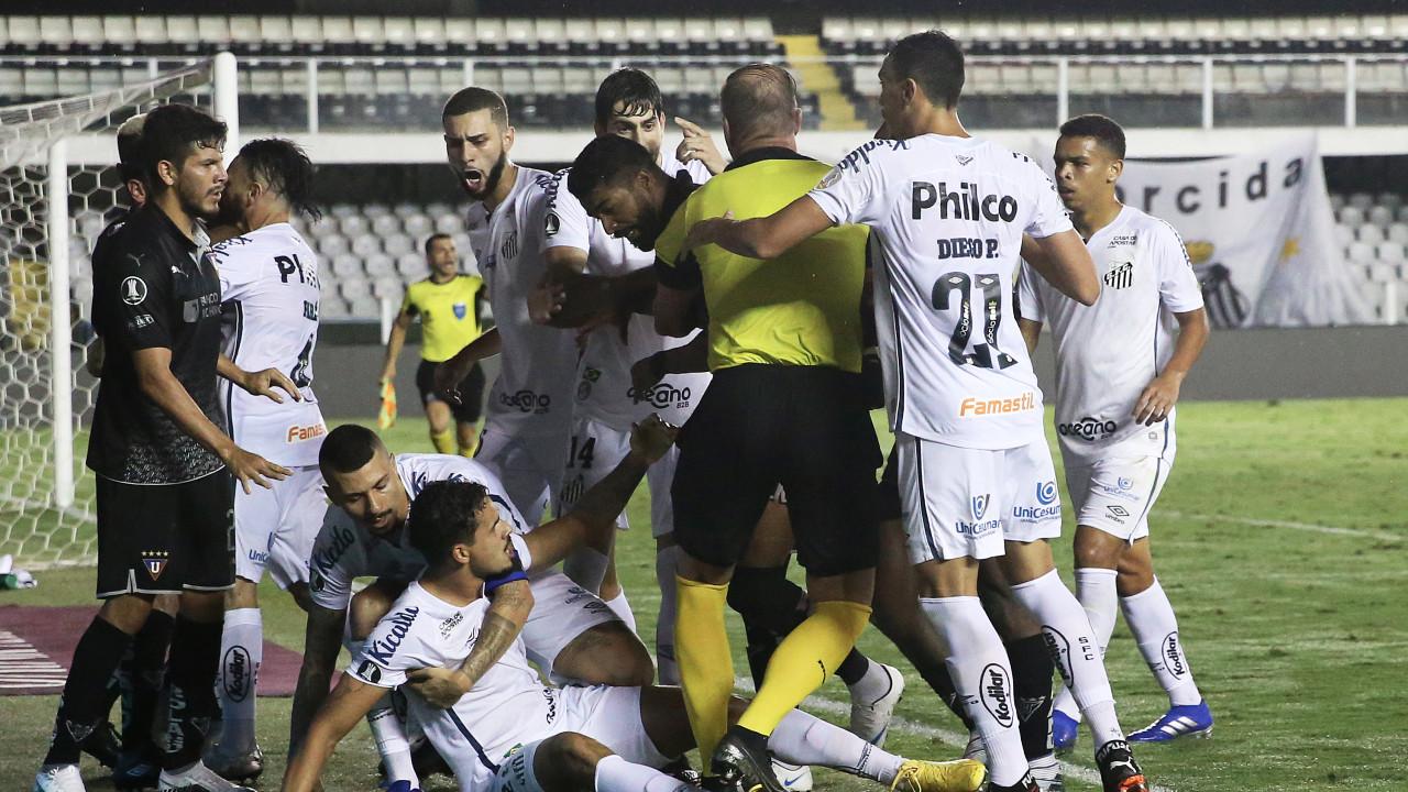 Santos foi da tranquilidade à tensão e se classificou em jogo que terminou em briga   Trivela